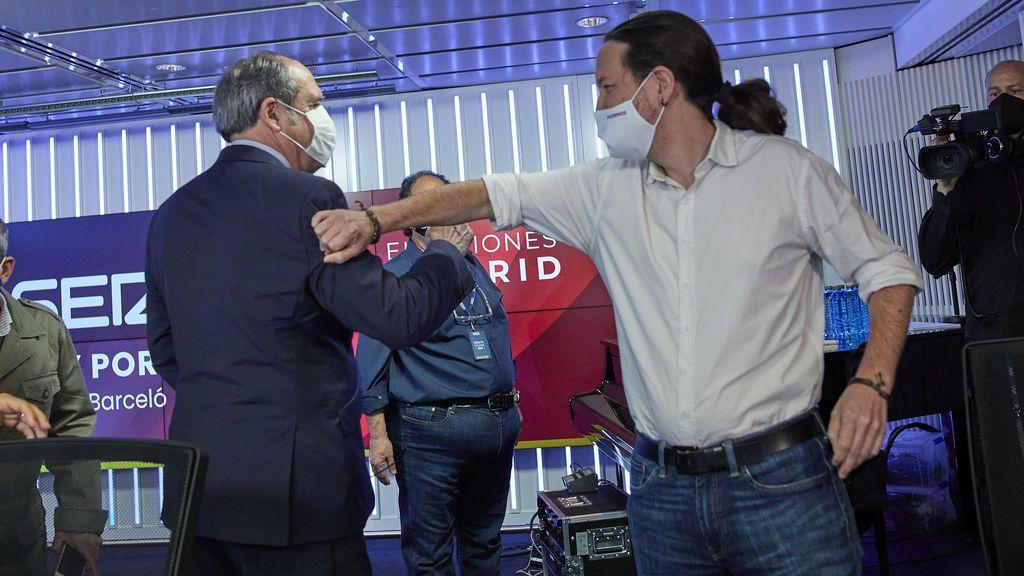 Ángel Gabilondo y Pablo Iglesias se saludan en el debate electoral de la Cadena SER