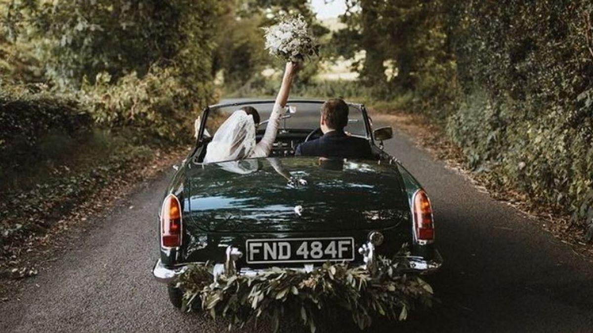 Flores, globos, vinilos… Cómo decorar el coche de boda para llegar y salir de la ceremonia con estilo