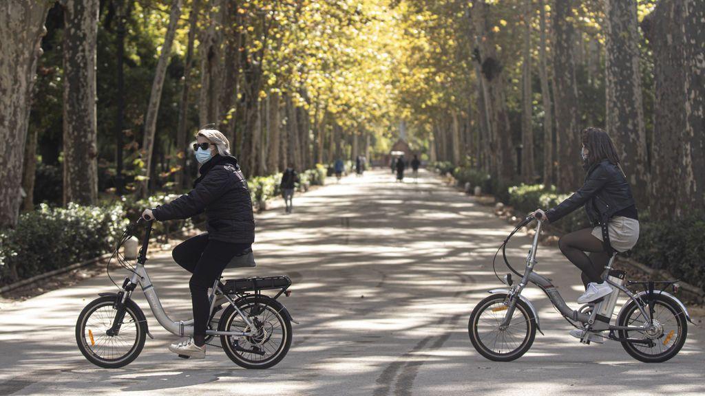 EuropaPress_3399711_varios_transeuntesen_bicicleta_parque_maria_luisa_ayuntamiento_sevilla