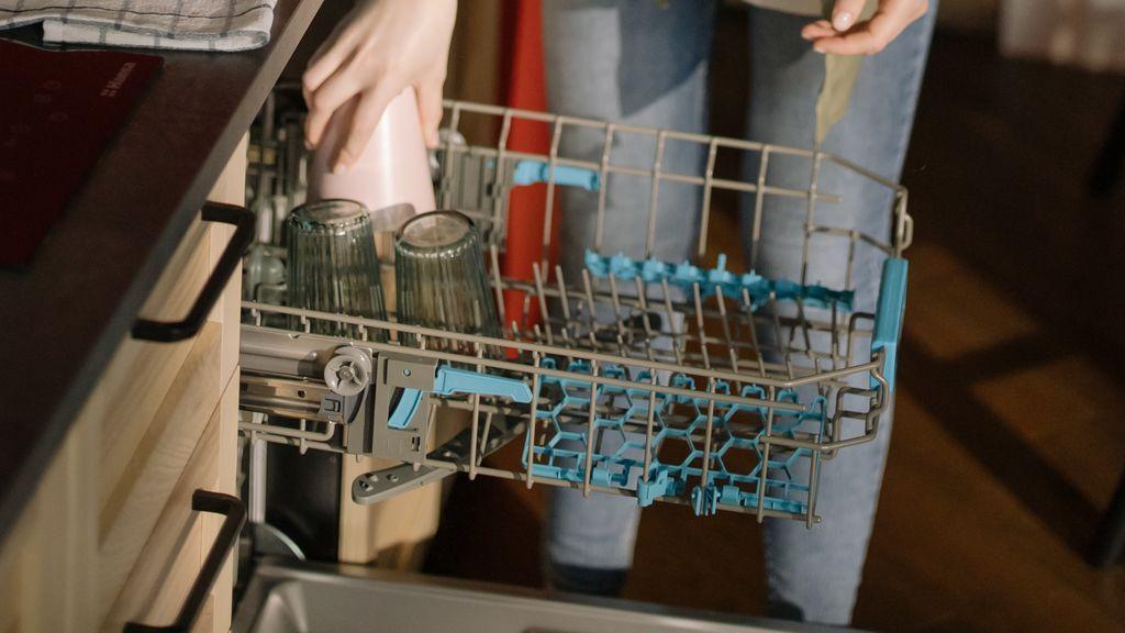 Lo estás haciendo mal: seis falsos mitos a la hora de poner el lavavajillas
