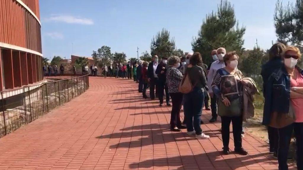 Colas que dan la vuelta al estadio para vacunarse en el Palacio de Deportes de Cataluña