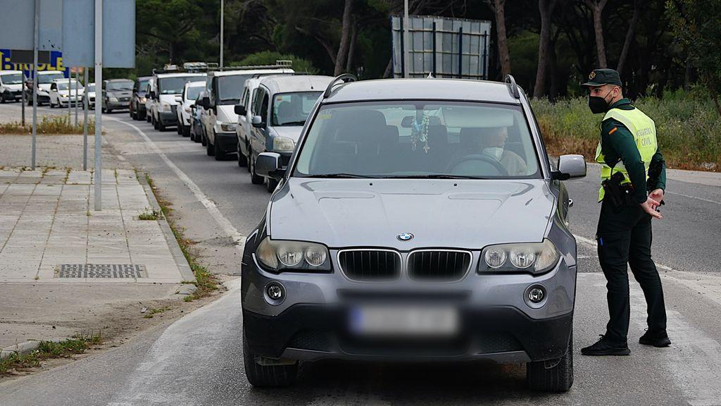 Cola de vehículos en uno de los controles de acceso a Barbate