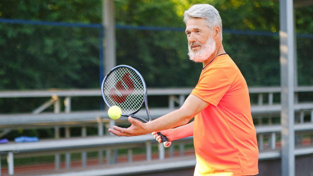 Da el revés perfecto: claves de experto para evitar lesiones jugando al tenis o al pádel a partir de los 50