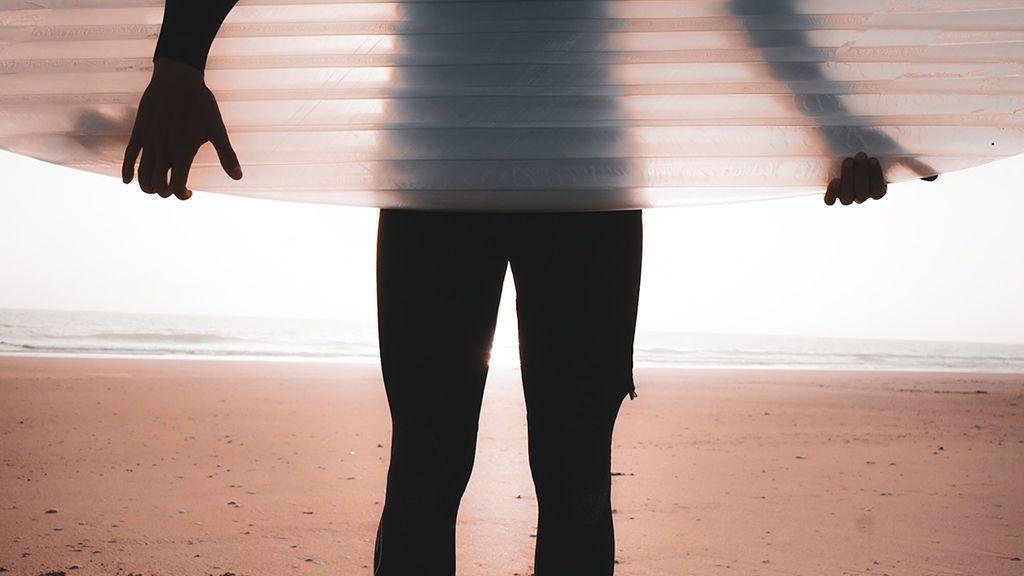 Tablas de surf hechas con el plástico de las playas