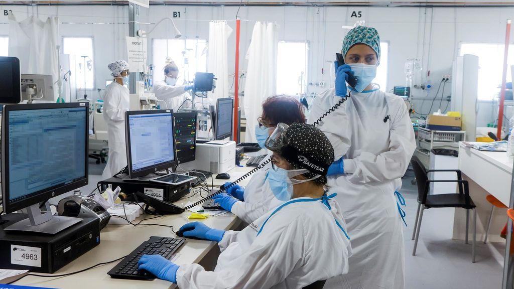 Personal sanitario del Hospital Parc Taulí de Sabadell (Barcelona) trabaja en la UCI para enfermos de covid