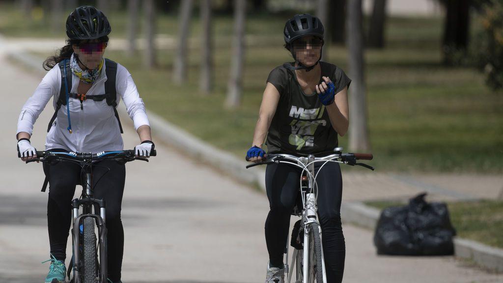 EuropaPress_3628513_dos_mujeres_circulan_bicicleta_mascarilla_parque_manzanares_dia_entra_vigor