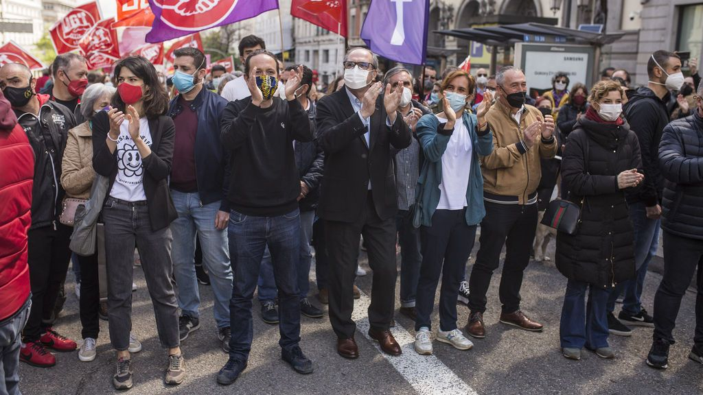 """Aplausos y gritos de """"sí se puede"""" para Iglesias, Ángel Gabilondo y Mónica García en la marcha del Día del Trabajador"""