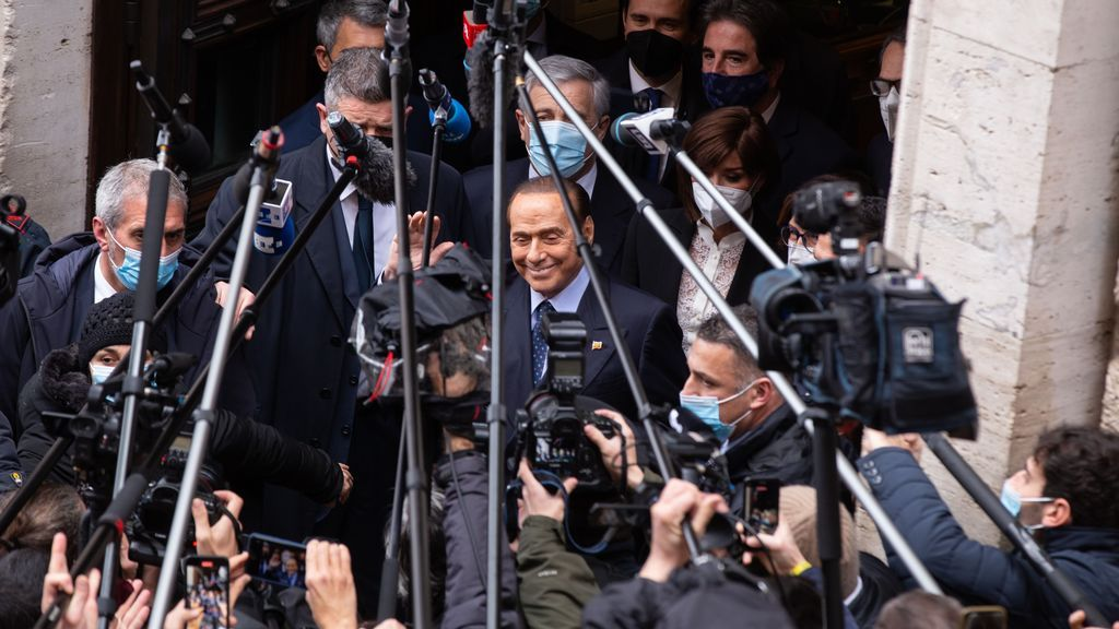 Berlusconi recibe el alta después de casi un mes ingresado en un hospital de Milán