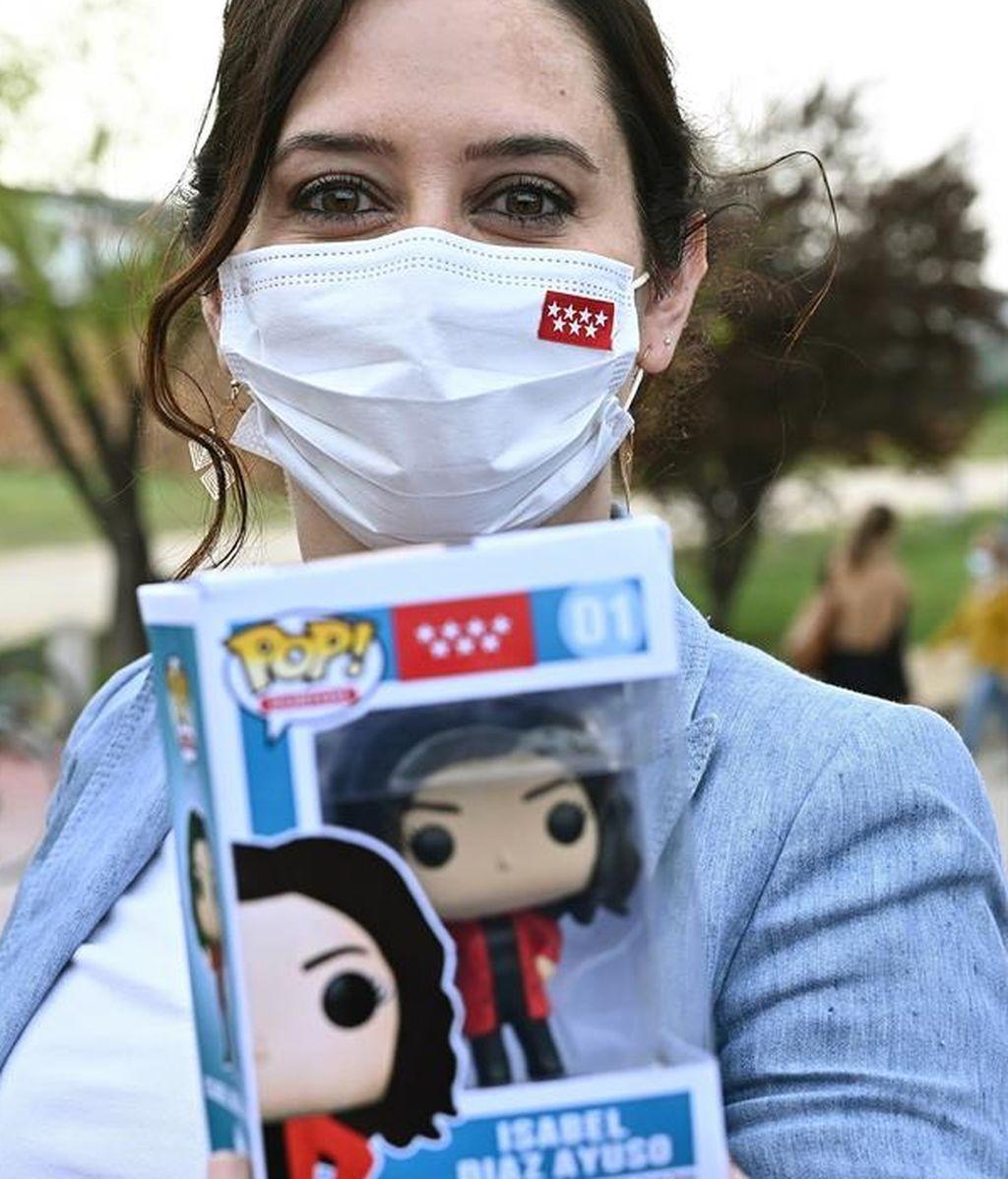 Ayuso posa con una muñeca 'pop' a su imagen y semejanza