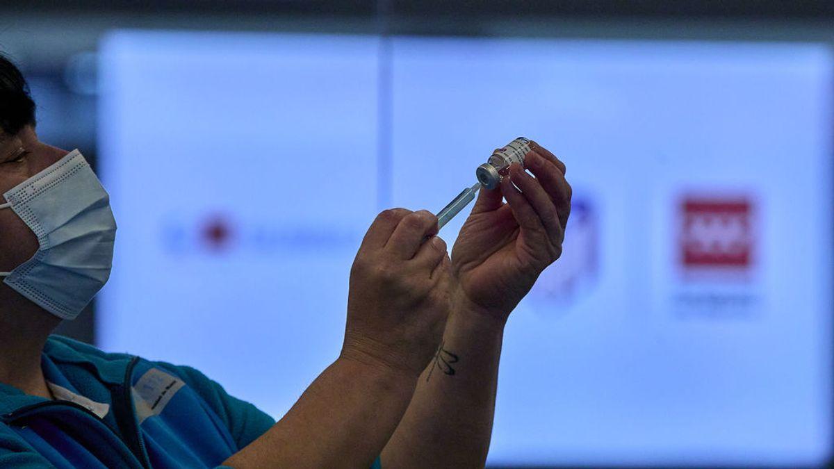 Sanidad retrasa al menos cuatro semanas la decisión sobre la segunda dosis de AstraZeneca