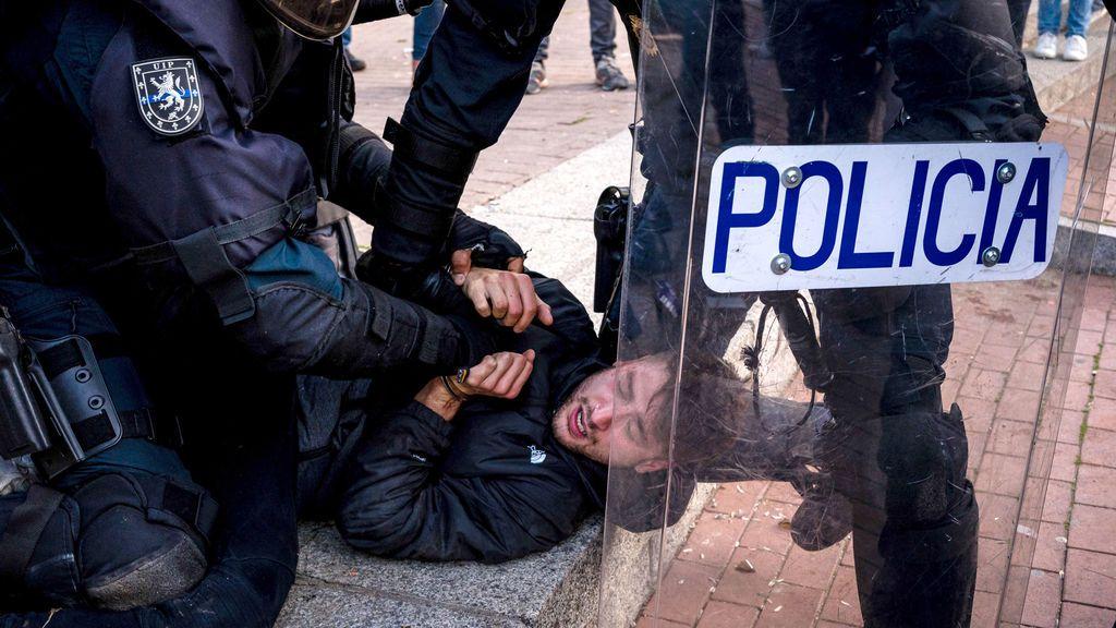 Detenidos dos escoltas de Pablo Iglesias por agredir a la policía en el mitin de Vox en Vallecas