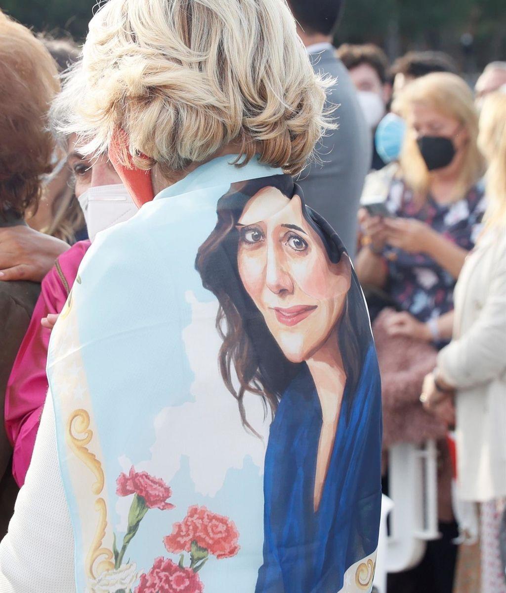 Esperanza Aguirre luce un pañuelo con la cara de Isabel Díaz Ayuso