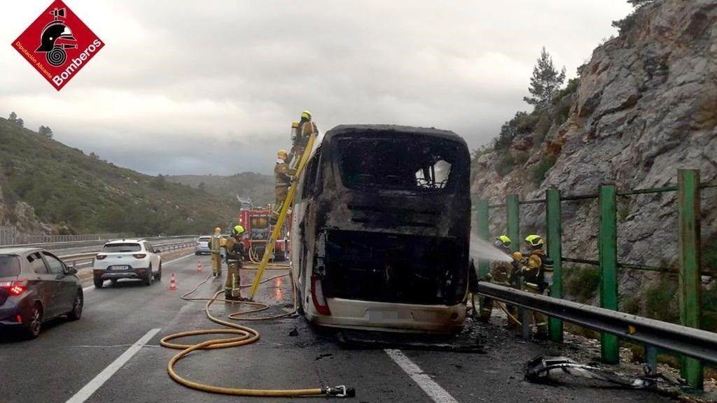 Aparatoso incendio de un autobús en Alicante que trasladaba jugadores de balonmano