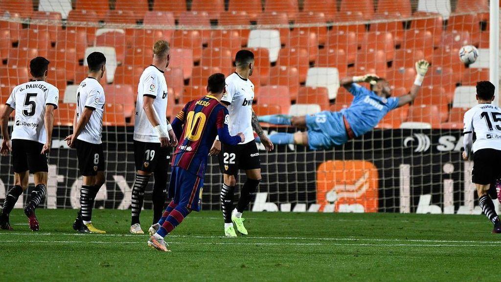El Barça remonta al Valencia para seguir manteniendo el pulso por La Liga (2-3)
