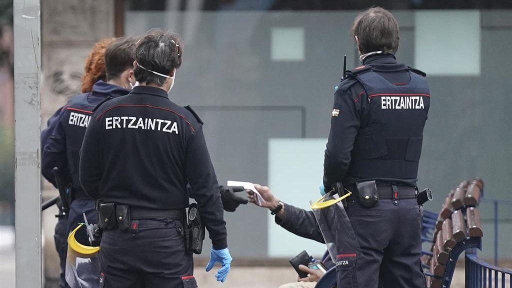 Cuatro agentes heridos al intentar disolver un grupo de jóvenes que no respetaban las medidas en Getxo
