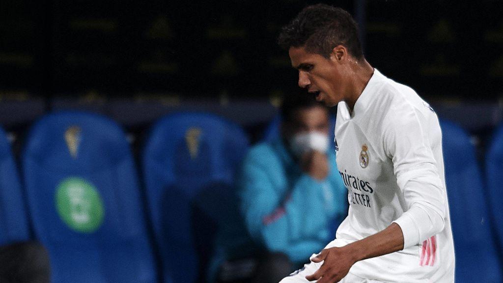 Varane se rompe en el momento más complicado: el Madrid se juega el doblete y su futuro no está claro