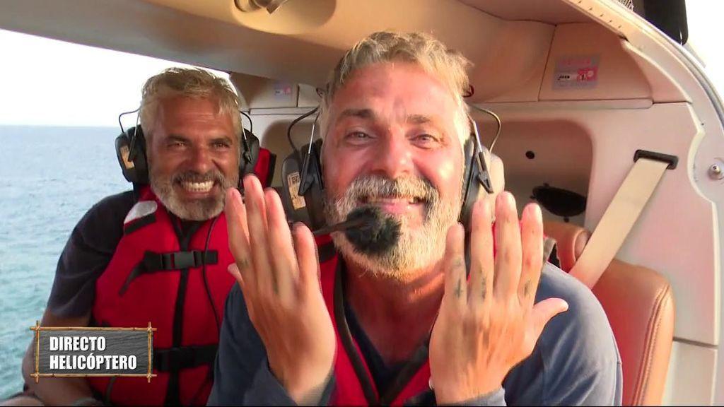 La audiencia decide, con sus votos a través de la web, que Carlos salte del helicóptero y se convierta en concursante de pleno derecho