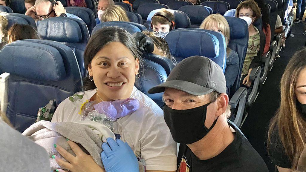 """""""Un bebé acaba de nacer en el avión"""": una mujer que no sabía que estaba embarazada da a luz en pleno vuelo"""
