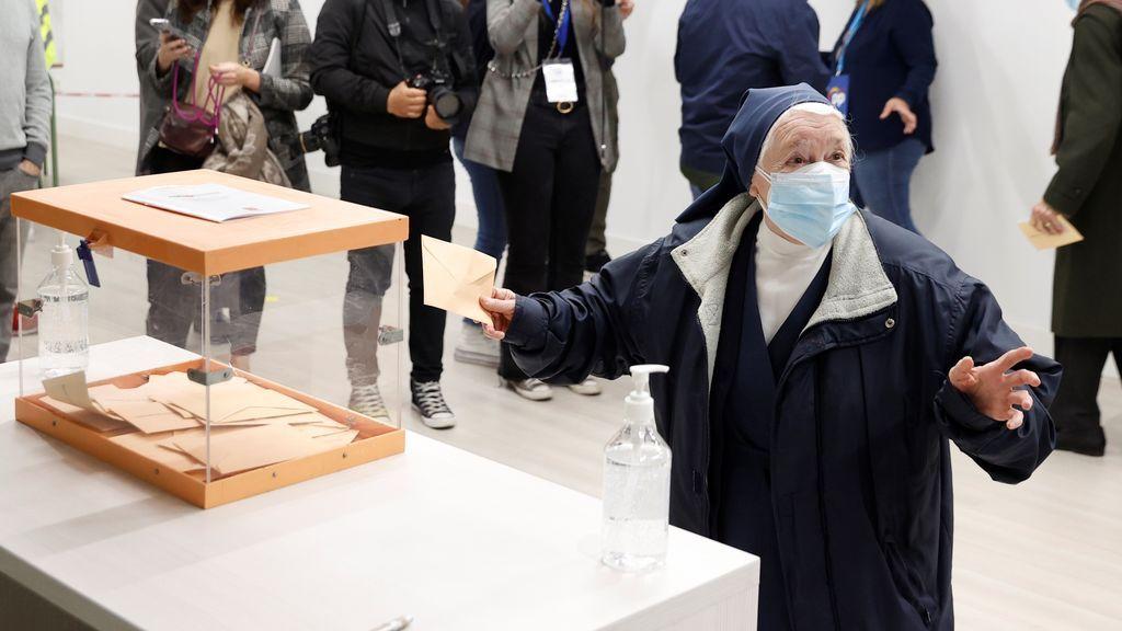 Una religiosa ejerce su derecho al voto en el colegio La Inmacualada-Marillac en Madrid durante la jornada electoral