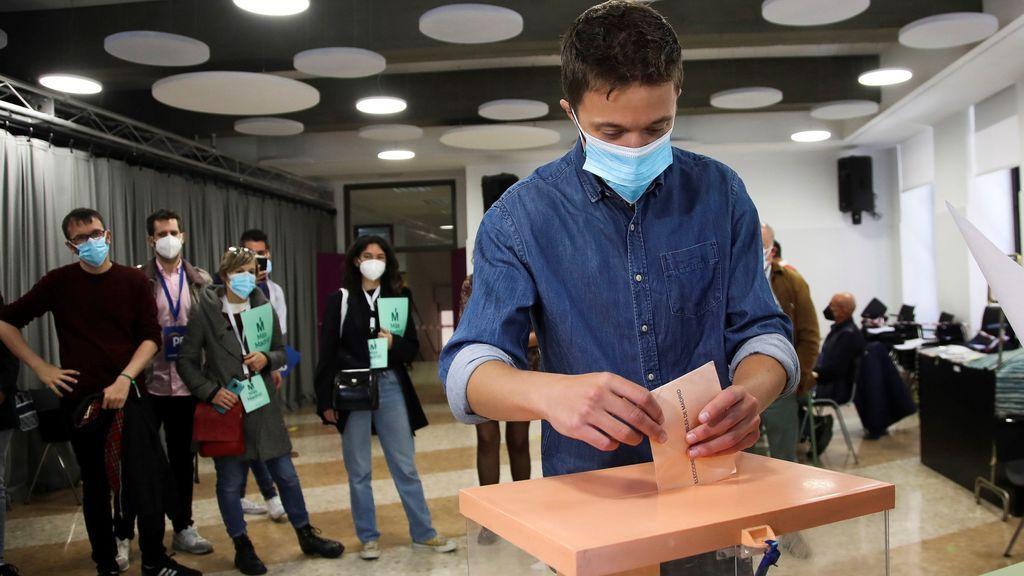 El portavoz de Más País en el Congreso, Íñigo Errejón, vota en colegio Santa María de Jesús