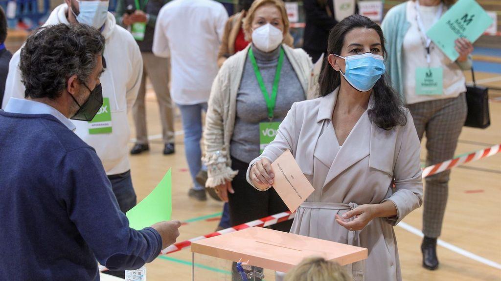 """Rocío Monasterio se echa un baile y vota en el colegio San Agustín: estas elecciones """"van a cambiar el rumbo de España"""""""
