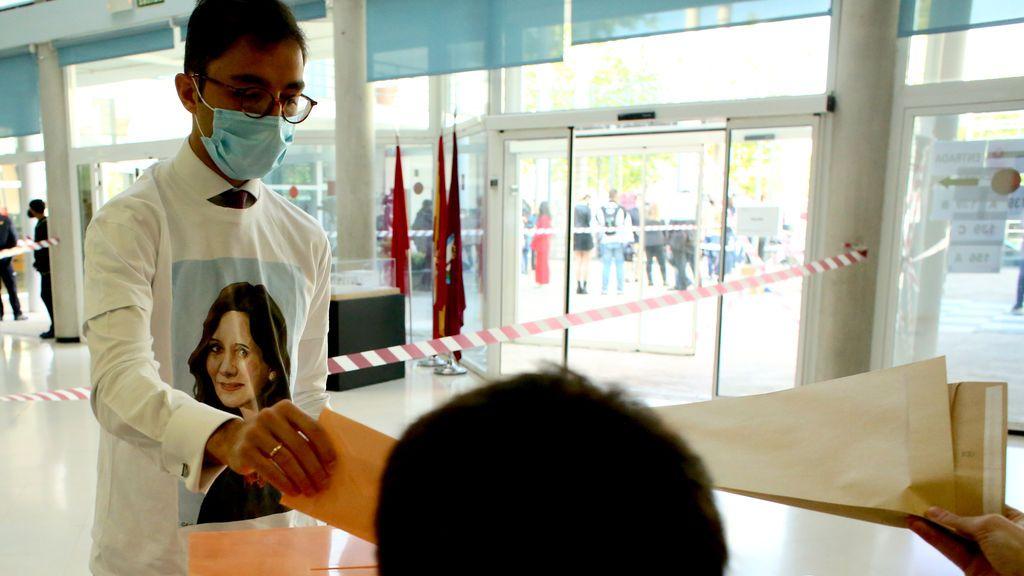 Las anécdotas de las elecciones de Madrid: camiseta de Ayuso, sí; camiseta comunista, no