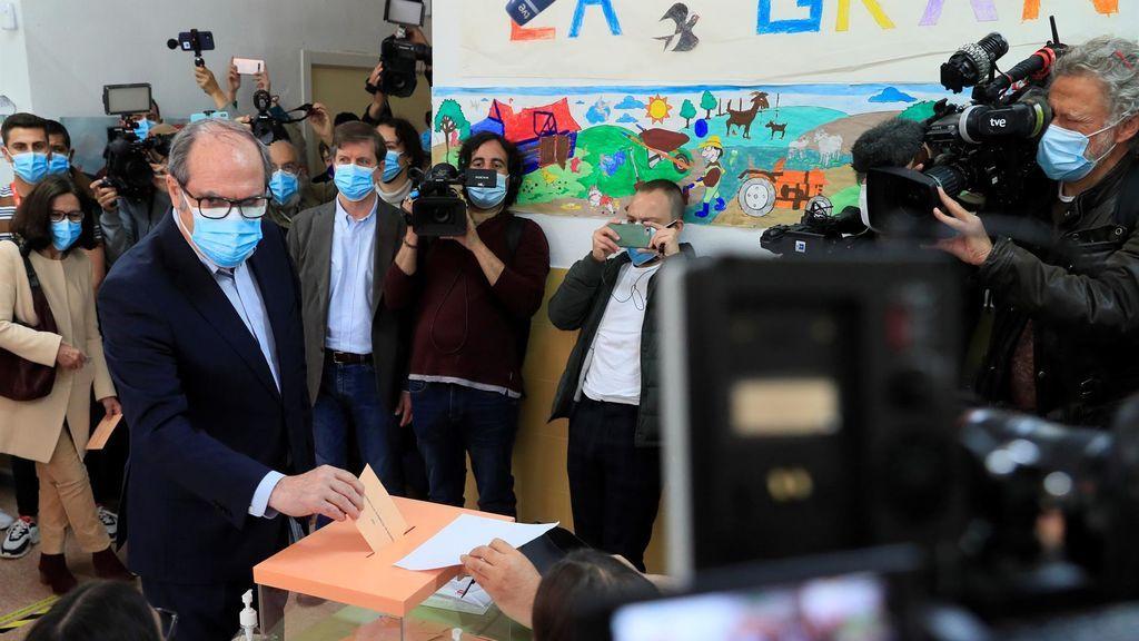 Gabilondo vota en el colegio Joaquín Turina