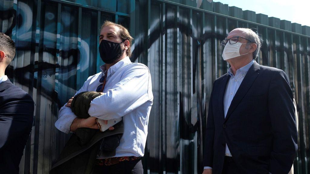 El candidato del PSOE, Ángel Gabilondo, espera su turno para ejercer el voto en el colegio Joaquín Turina