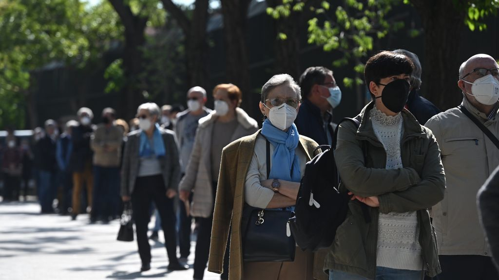Votantes esperan su turno en el Colegio de Roma en Madrid, este martes