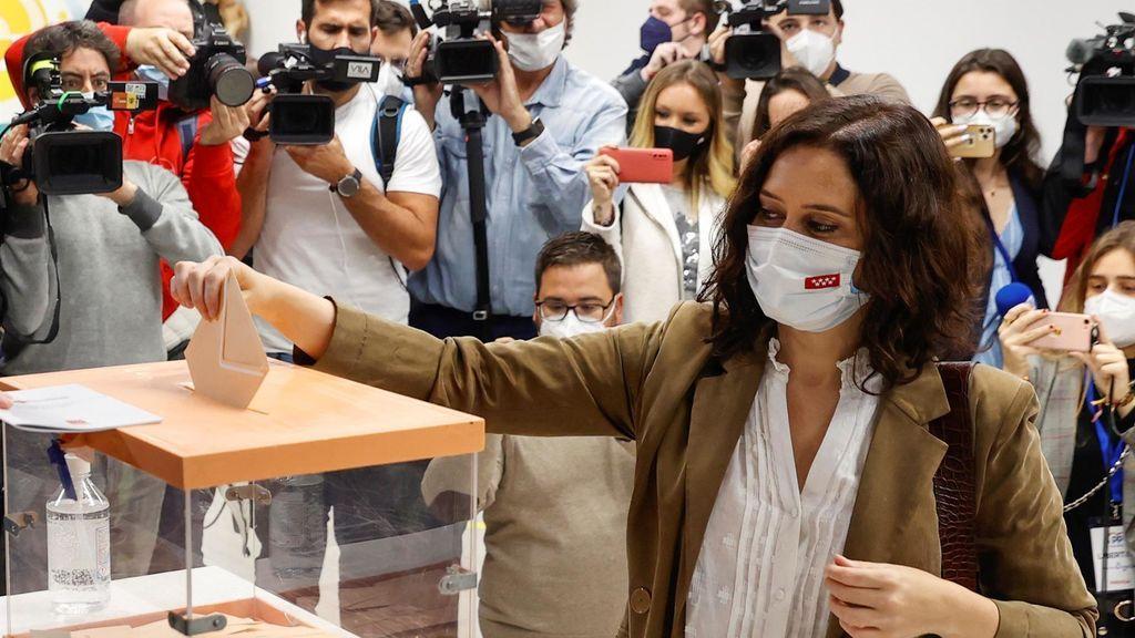 Ayuso vota en un colegio de Chamberí