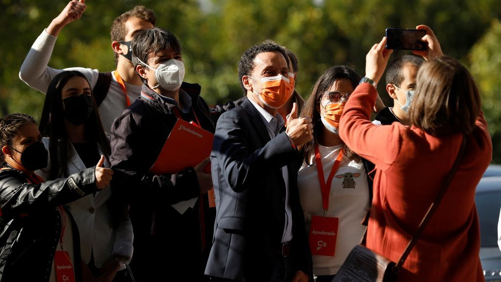 El candidato de Ciudadanos, Edmundo Bal, tras votar en el Centro Cultural Alfredo Kraus,
