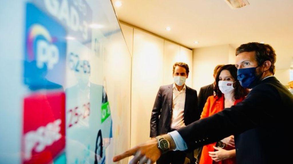 Isabel Díaz Ayuso y Casado siguen los resultados electorales desde Génova