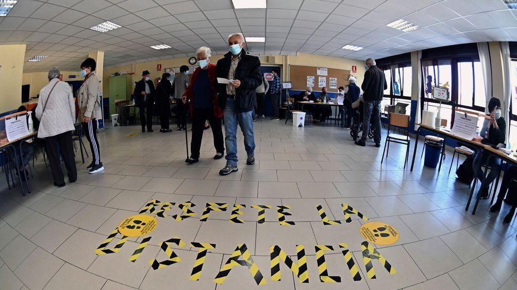 Votantes ejercen su derecho al voto en el Colegio Pinar del Rey en Madrid