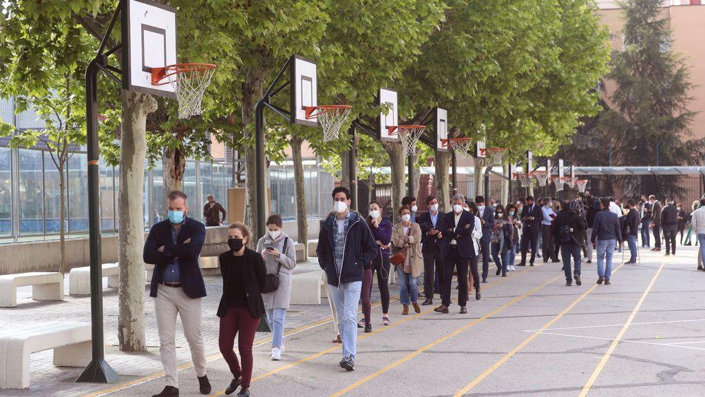 Colas formadas en el acceso al Colegio San Agustín, en Madrid