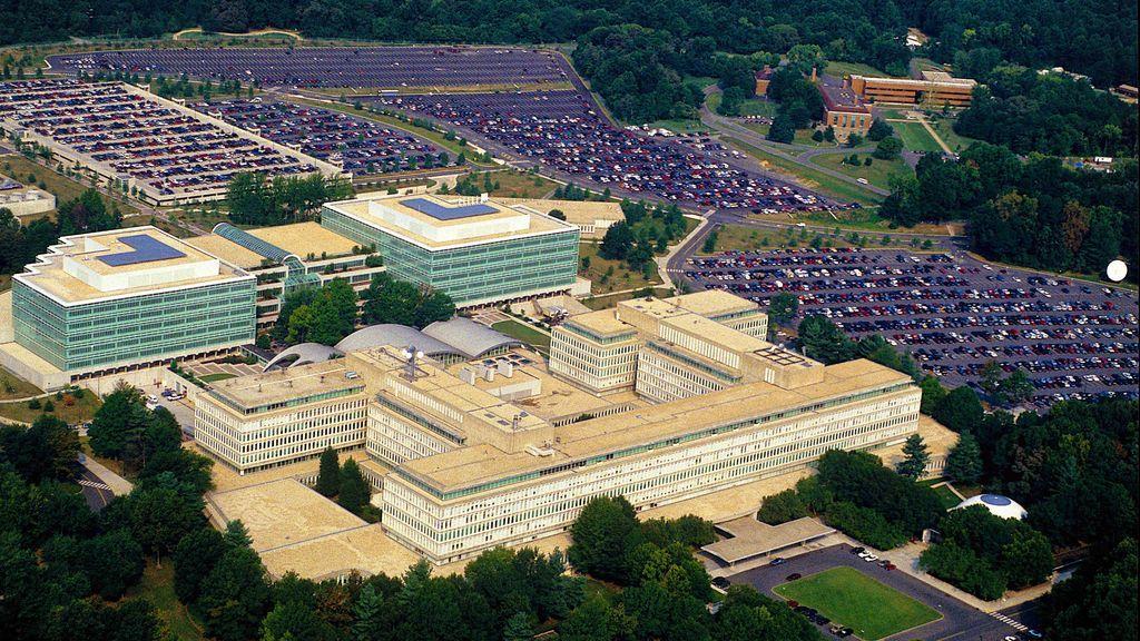 Agentes del FBI disparan a un intruso que trataba de atravesar la entrada de la sede de la CIA