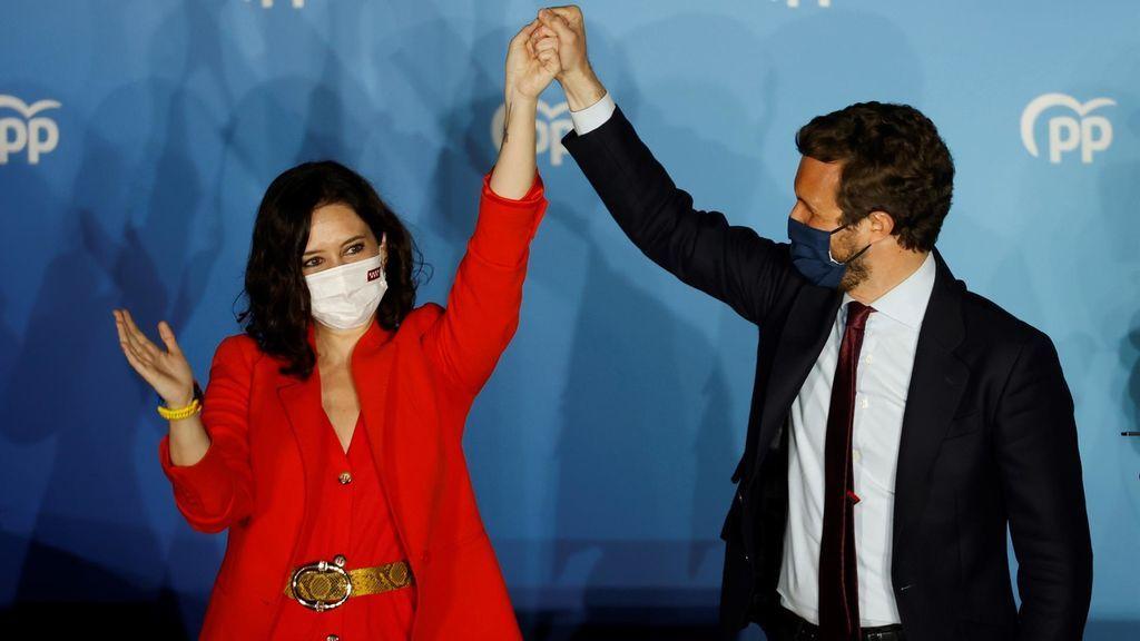 La presidenta de la Comunidad de Madrid y candidata por el Partido Popular a la reelección, Isabel Díaz Ayuso, acompañada por el presidente del partido Pablo Casado
