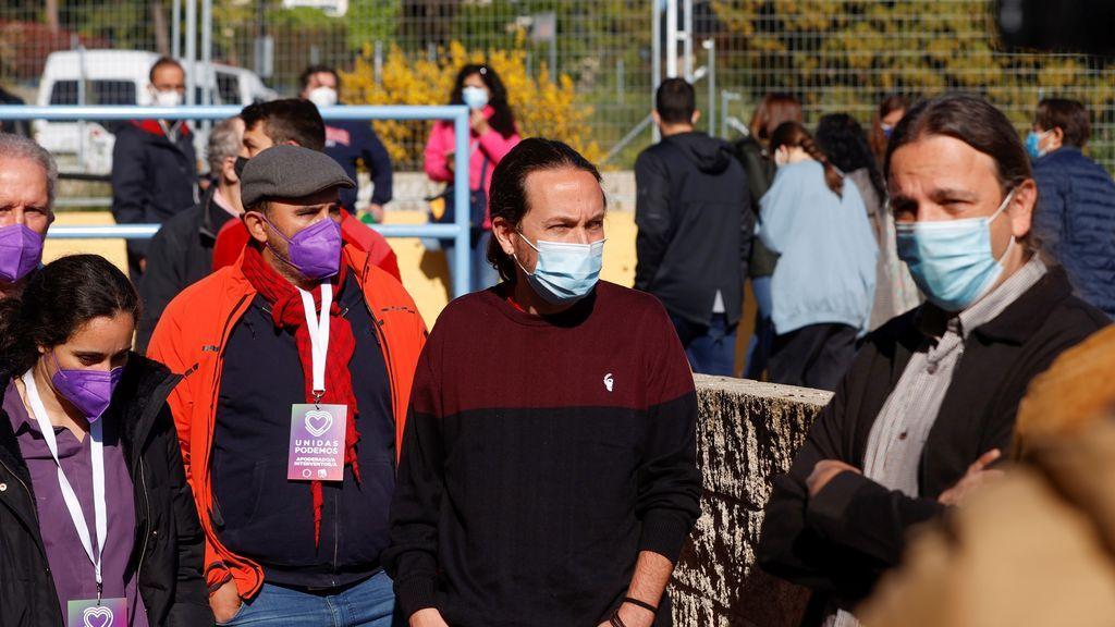 El candidato de Unidas Podemos a la Presidencia de la Comunidad de Madrid, Pablo Iglesias, a las puertas del Colegio público La Navata