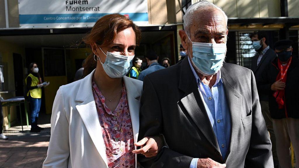 Mónica García acompaña a su padre a votar