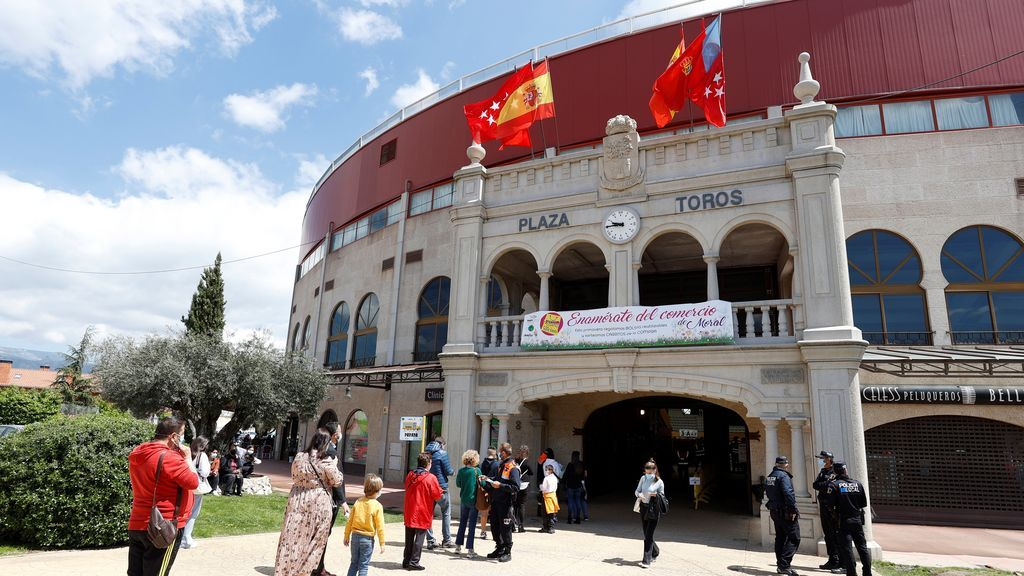 Vecinos de Moralzarzal (Madrid) hacen cola para votar este martes en las elecciones autonómicas en la plaza de toros cubierta de la localidad,