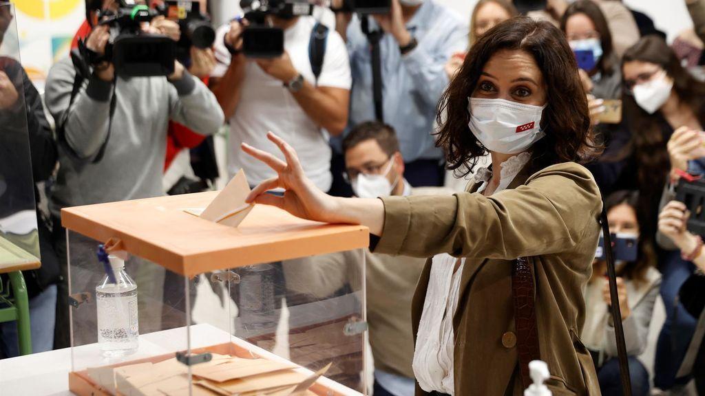 Los primeros sondeos dan una victoria contundente a Isabel Díaz Ayuso, pero necesitaría a VOX