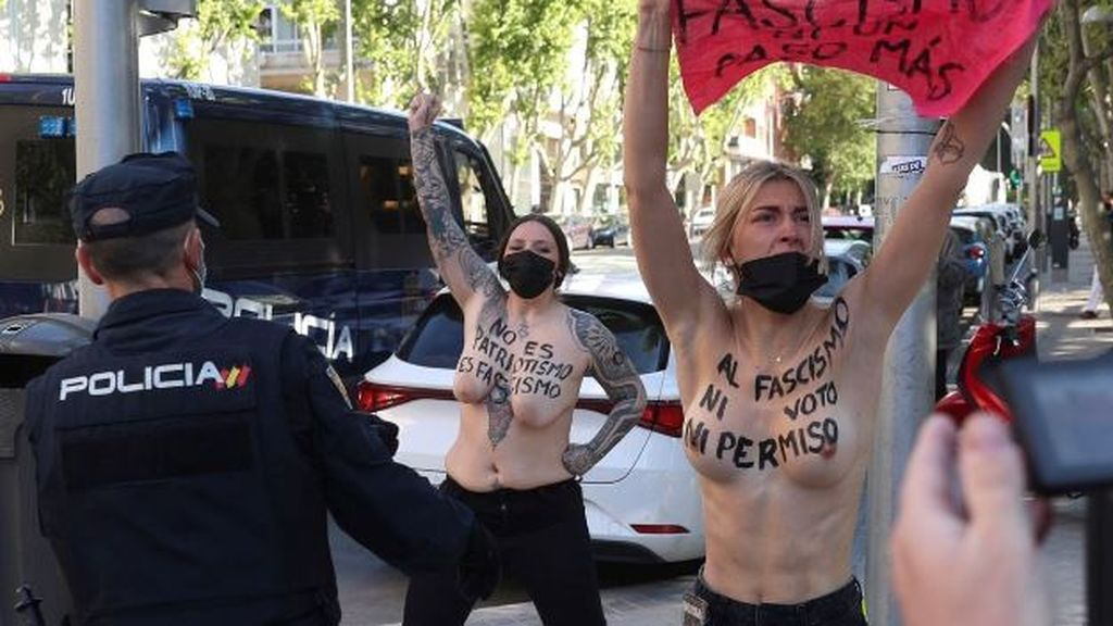 Cuatro activistas de Femen protestan en el colegio electoral de Rocío Monasterio al grito de ' fuera fascismo'