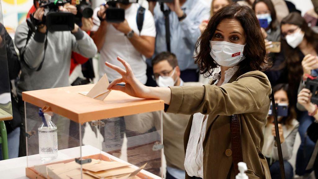 La candidata del PP a la reelección el 4M, Isabel Díaz Ayuso, vota en un colegio electoral de Chamberí