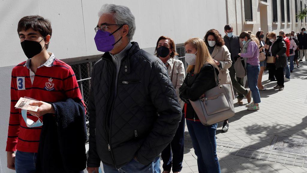 Votantes esperan su turno en el colegio La Inmacualada-Marillac para ejercer su derecho al voto