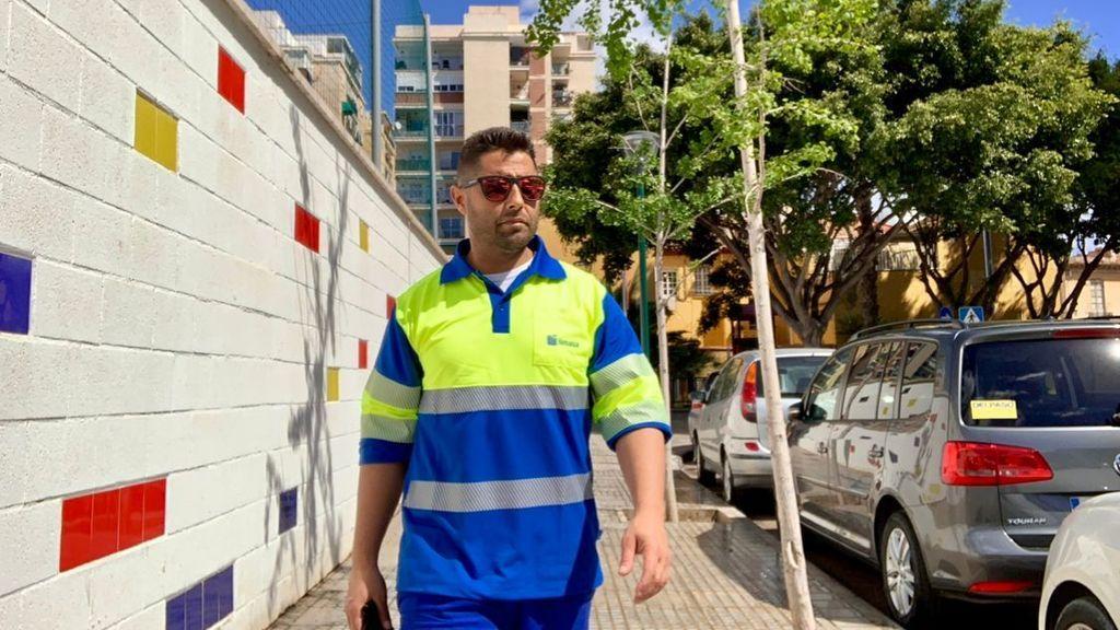 """Cristóbal, el 'influencer' de la limpieza de las calles de Málaga: """"Me pongo delante de la cámara y lo que me sale"""""""