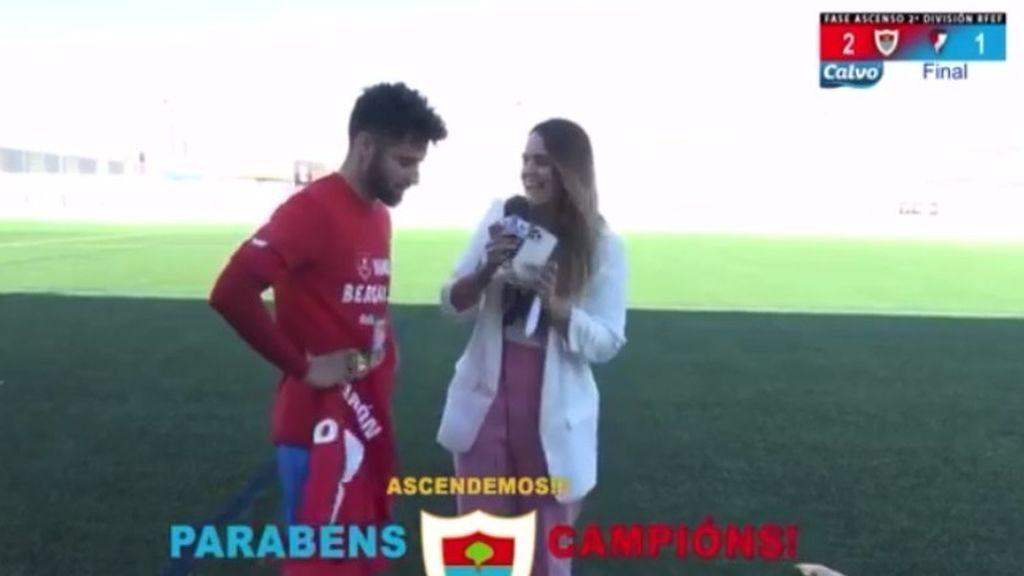 Erea Hierro, entrevistando a un futbolista del Bergantiños F.C.