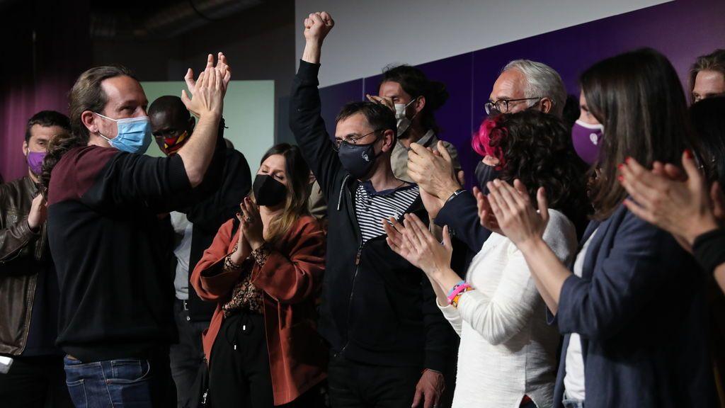 Pablo Iglesias recibe el apoyo de sus compañeros tras anunciar su retirada