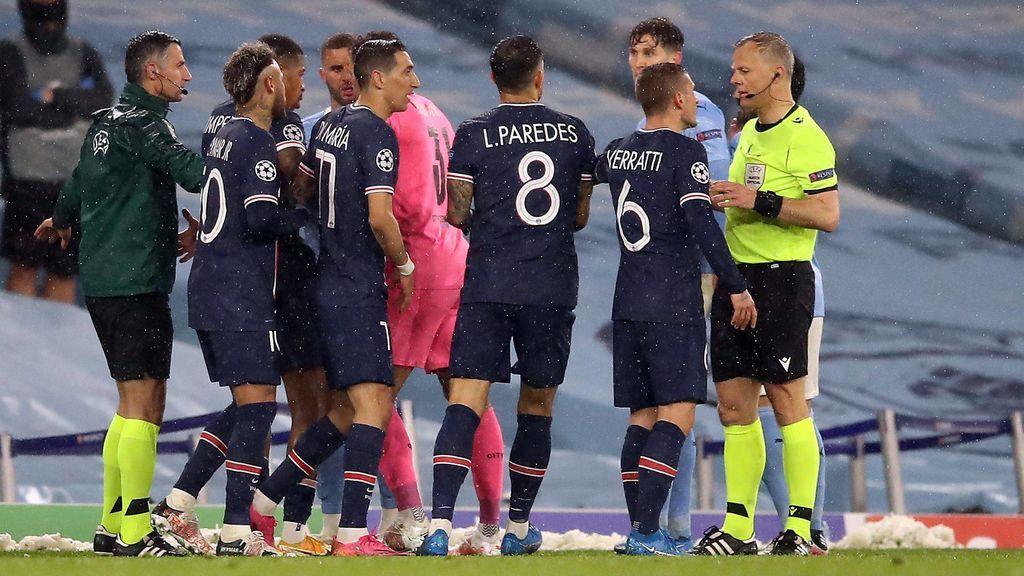 Los jugadores del PSG, protestando a Kuipers.