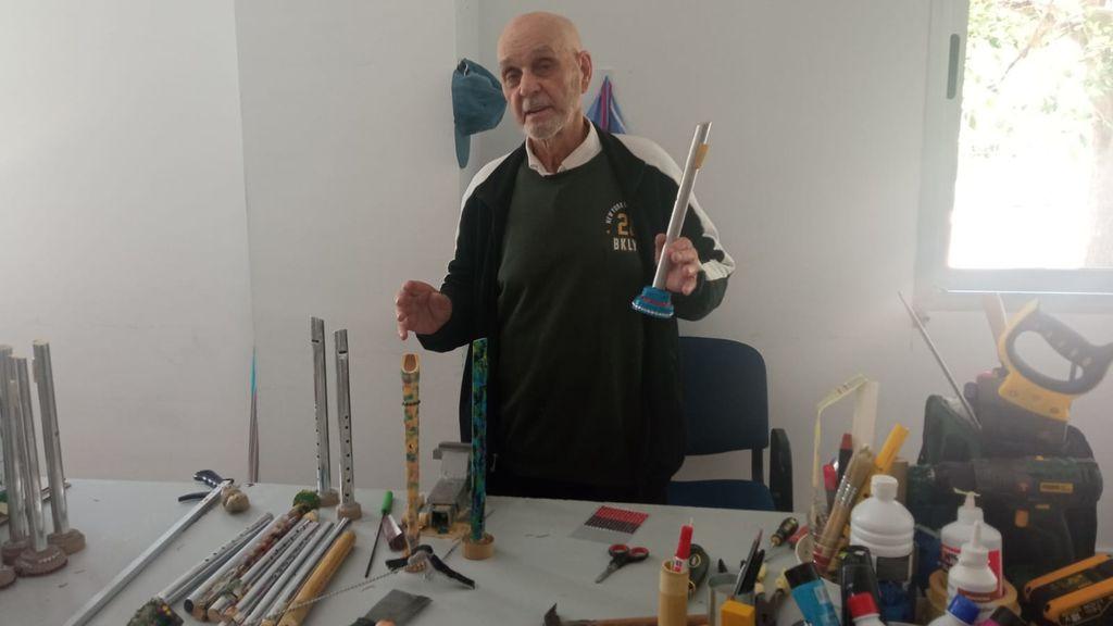 """José Antonio, 94 años, flautista de palos de fregona: """"Suenan perfectamente, no las cambio por las profesionales"""""""