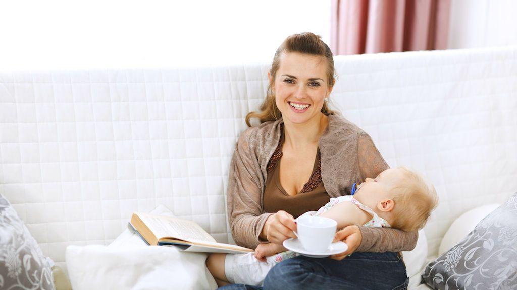 Café durante la lactancia: ¿cómo afecta la cafeína al bebé? Estos son los alimentos y productos más y menos recomendados.