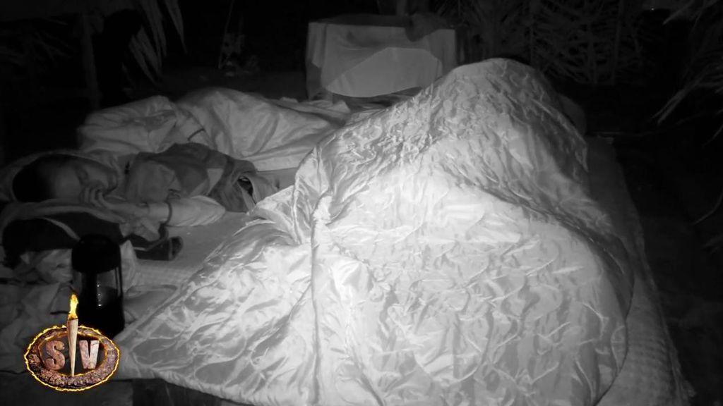 """Lola tiene sexo con su novio, Iván, mientras Palito duerme al lado: """"He pasado de ser Palito a Candelabro"""""""